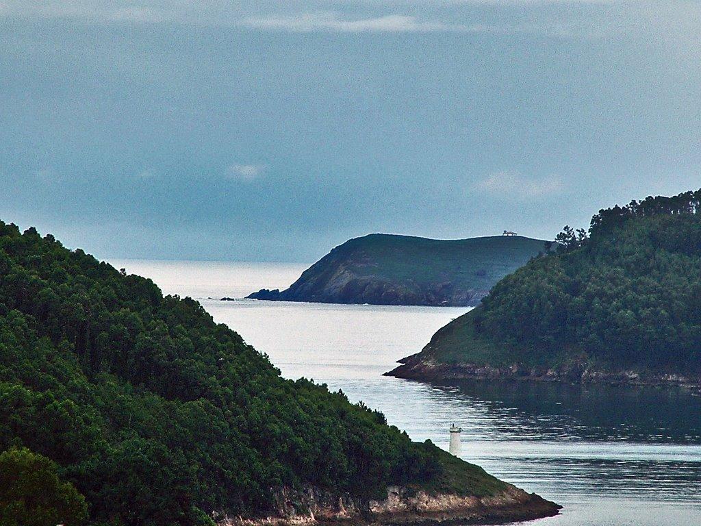 Boca de la Ría do Barqueiro con la Isla Coelleira al fondo.