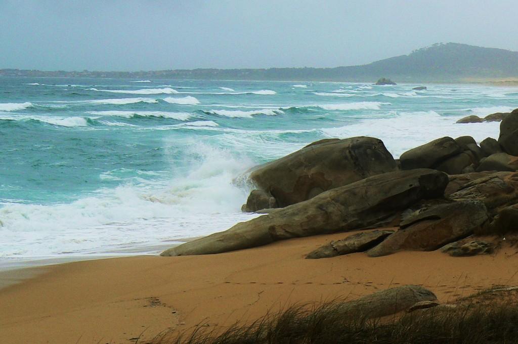 Playas con acantilados y olas para surfear...