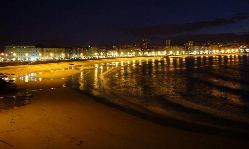 Playa de Riazor de noche