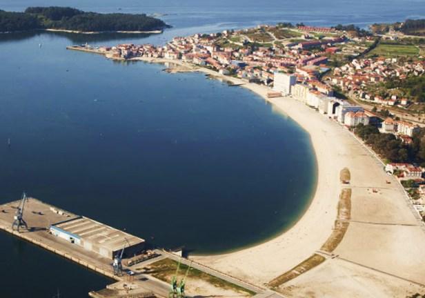 Playas de Compostela y A Concha, entre el espacio portuario y Carril.