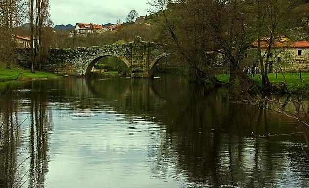 Río Arnoia en A Cierrica, Allariz,  con su flamante puente medieval al fondo...