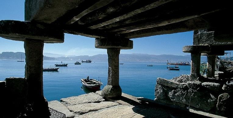 Debajo de un hórreo mirando al mar de Combarro.