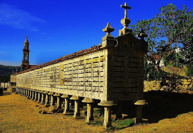 El hórreo de Carnota es el mas grande de Galicia.