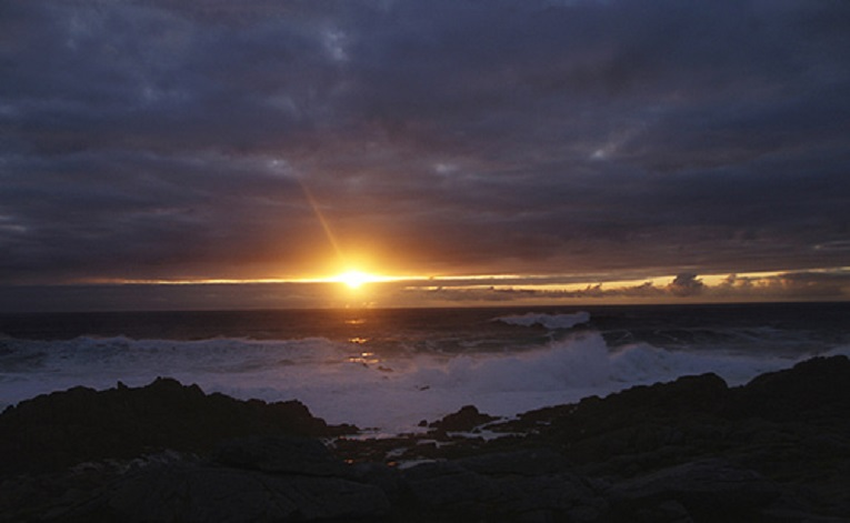 El sol del lusco fusco nos traerá mañana, otra vez, el recuerdo de los ausentes.