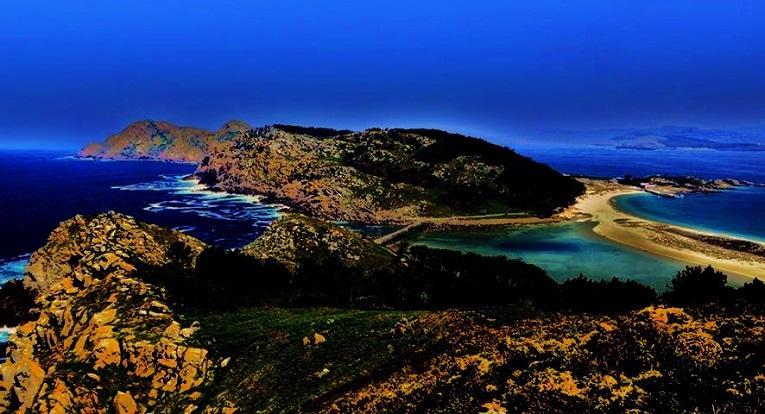 Islas Cíes. A la izquierda, el mar esculpe la roca. Por la derecha, se mece en la playa.
