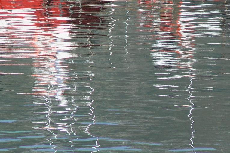 El rojo se mira en el espejo del puerto.