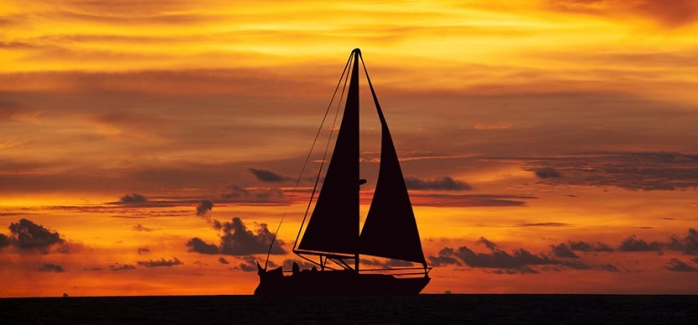 Velero por la Costa de la Vela al atardecer