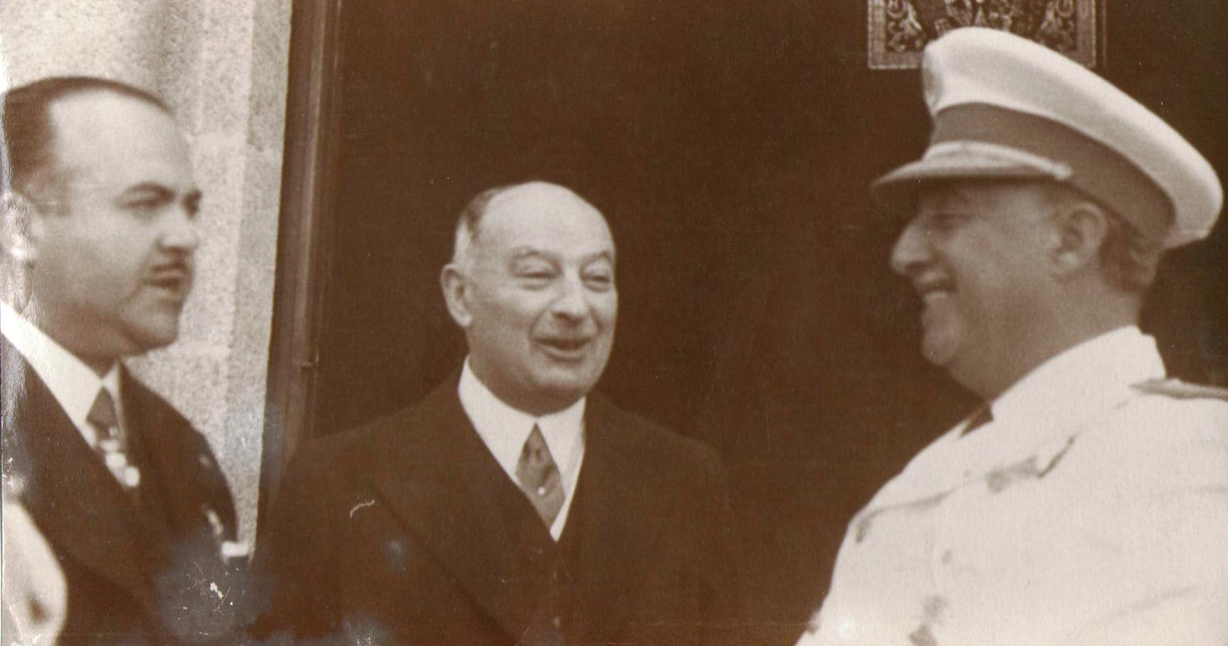 El alcalde de A Coruña Alfonso Molina con Pedro Barrié de la Maza y Franco. (Fotografía inédita. Archivo:A.P.)