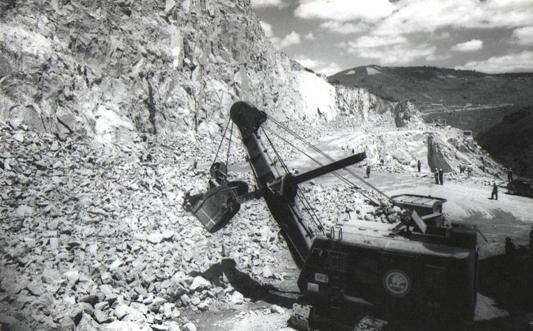 La extracción de piedra en los alrededores de la nueva central fue fundamental para fabricar cemento con el que se levantó la enorme presa.(Archivo:Gas Natural/FENOSA)
