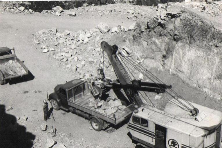 Una excavadora deja en un camión piedras extraídas de la zona de la cantera.(Archivo:Gas Natural/FENOSA)