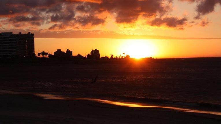 La sinfonía del sol naciente en la playa de Pocitos, en la Rambla de Montevideo.