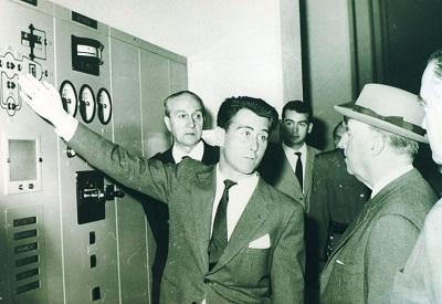Un técnico explica a Franco el funcionamiento de una de las máquinas de control. (Archivo A.P.)