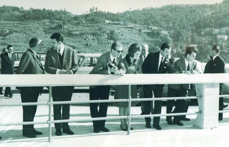 Los príncipes observan desde el Salto de Belesar la caída del agua por los aliviaderos. (Archivo: A.P.)