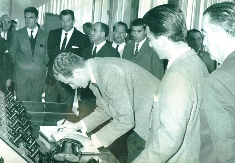 Juan Carlos de Borbón deja su firma en el libro de oro de Belesar. (Archivo: A.P.)