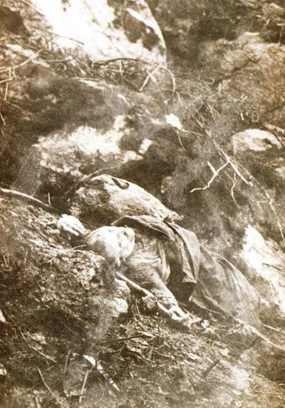 El cuerpo de José Castro Veiga, O Piloto, en el lugar donde murió de un disparo de la Guardia Civil el 10 de marzo de 1965. (Archivo: A.P.)