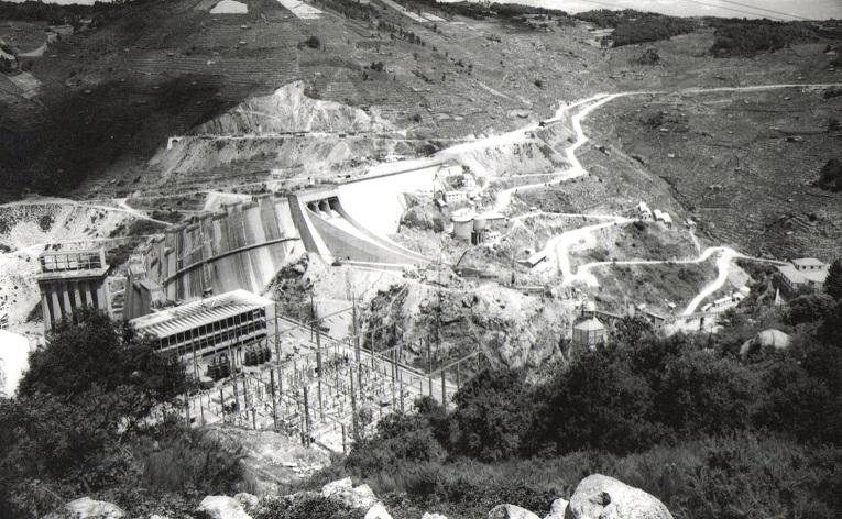 Vista general de las obras de construcción de presa, con el edificio de la central en primer plano. Para que los obreros y las máquinas pudieran llegar a la zona de obras fue preciso construir doce kilómetros de caminos. (Archivo A.P.)