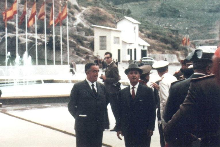 Esta es la única fotografía en color que se conserva de la visita de Franco a Chantada para inaugurar la central de Belesar. El dictador recorrió las instalaciones con un fuerte dispositivo de seguridad. O Piloto aún andaba suelto por los alrededores. (Archivo: A.P.)